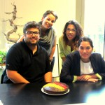 Profesores con alumnos con pastel