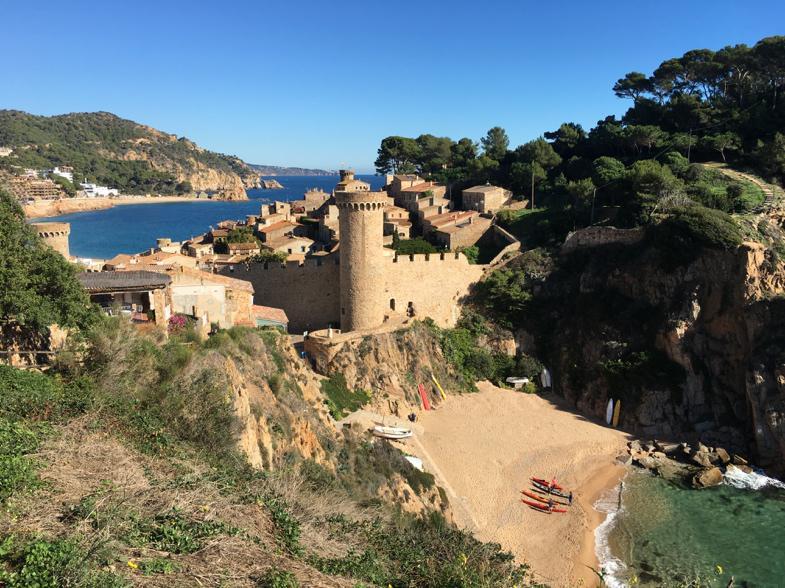 Direkt hinter dem Castillo von Tossa da Mar entdeckt man den kleinen Strand