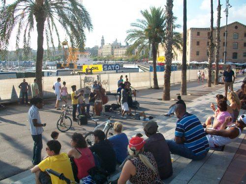 Tourismus in Barcelona am Port Vell mit Musikern